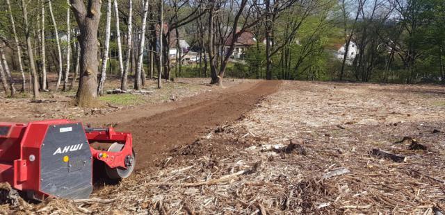 Frézování půdy (pařezů, kořenů) po předchozím povrchovém frézování